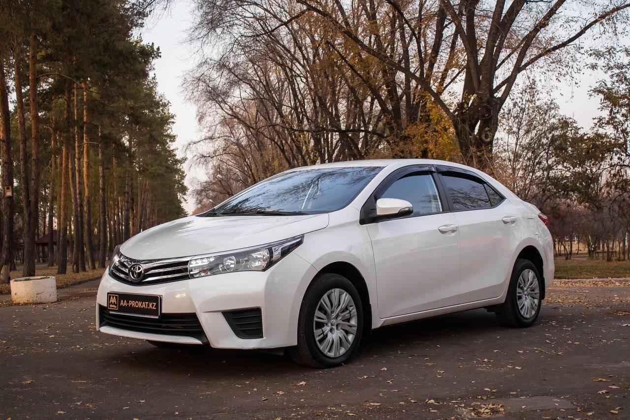 Toyota Corolla 2015 вид сбоку